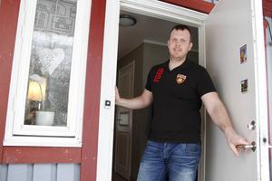 Magnus Wåhlstedt har sitt kontor hemma, och hyr numera ut sig som chaufför till andra åkerier. Att ha egna lastbilar bar sig inte, eftersom att ersättningarna är så pressade.