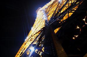 Eiffeltornet lyser på kvällarna och en gång i timmen blinkar det.