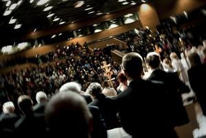 Stor gemenskap. Den gemensamma högmässan, där 800 personer samlats, leddes av kyrkoherde Lars B Stenström, medan kyrkoherde Ingemar Söderström predikade. Efteråt var det dags för kyrkkaffe.