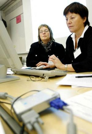 Under övningen sitter Mia Krylén och Elisabeth Bertilsson och författar rapporten som ska skickas till socialstyrelsen.