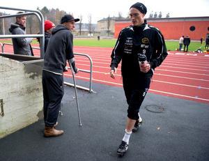 Lasse Nilsson lämnar Elfsbors träning på onsdagen och  går förbi Niklas Hult som är skadad och missar upplösningen i Allsvenskan.