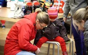 Alexa Dolman 2 år, behöver nya slalompjäxor och mamma Janike ett par skridskor. Foto: Johnny Fredborg