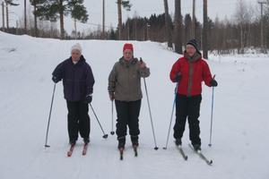 Margareta Norborg från Jättedal, Elisabeth Söderlund från Harmånger och Katarina Larsson Widén från Mellanfjärden spurtar in i målet. Det har bunkrat ännu en skidmil i kroppen