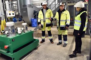 Jesper Klangebo berättar om anläggningen för kommunalråd Anna Hed som kom på besök.