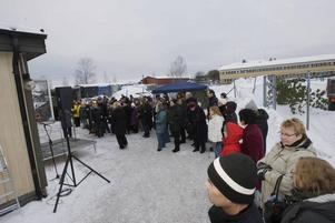 ville se di leva. Närmare 100 personer samlades utanför katthemmet på Näringen för att få en skymt av Gävlesonen Thomas Di Leva.