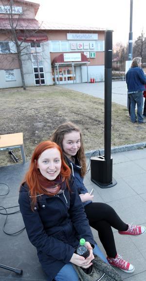 Frida Ahlén och Emma Wängelin uppträdde under manifestationen för att visa sitt stöd och för att ta avstånd från våldet. Emma Wängelin sjöng Oscar Linnros