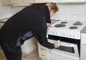 Leif Carlsson kontrollerar att spisen fungerar och ordentligt rengjord.