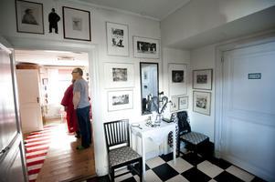 Svarta farstun och röda matrummet. Björn är ju gammal fotograf och gillar grafik. Strindberg som sprattelgubbe hänger ovanför dörrposten. Han och Carl Larsson brakade ihop i ett rejält gräl när författaren gav sig på Karin.