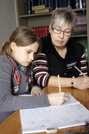 Viktoria Raattamaa och Britt-Marie Landgren har börjat lära känna varandra riktigt bra under de stunder de har tillsammans då Viktoria gör sina läxor.