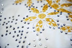 Glaspärlor som slipats för att se ut som diamanter har fogats in i mönster.