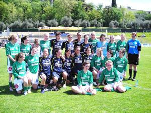 Krokom/Dvärsätts damlag i division II är just nu på träningsläger i Italien. I helgen fick de möta italienska mästarinnorna Bardolino, från Verona. På bilden de två lagen samlade efter matchen.Foto: Micke Forsberg
