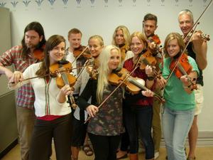 Per och hans vänner. I kväll spelar de tillsammans på Ovansjöfesten. Musikernas gamle lärare Per Börjesson står till höger på bilden.