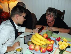 Valombudsman Joakim Lindgren och kommunalrådet Elisabet Lassen tar del av de första valresultaten lokalt.