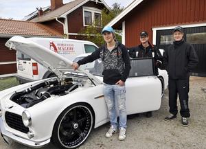Bilbyggare Erik Hansson och sönerna Elias och Linus hemma på gården i Röjeråsen inför helgens Norgeresa.