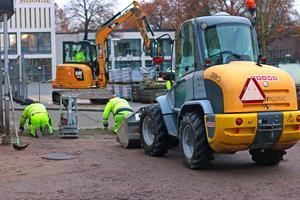 Arbetet med att stenbelägga den del av Smedsgatan som gränsar mot Jansasparken är i full gång.