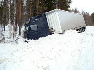 Den rika snömängden gjorde att både föraren och lastbilen klarade sig bra vid avvåkningen.
