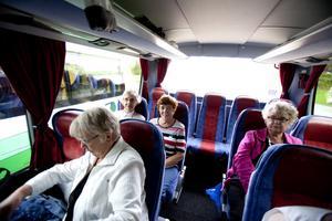 Barbro Andersson och Sirkka-Lissa Stenkacka satte sig längst bak i bussen. Efter besöket i Jädraås var de positiva till vindkraft - om verken inte ligger för nära där många bor.