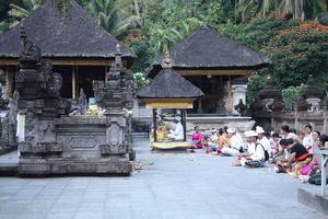 Bön vid templen i Tirta Empul.