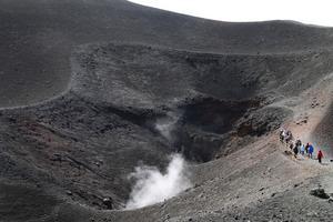 Etna är en av de aktiva vulkaner man kan besöka.