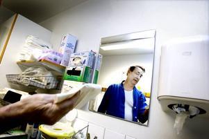 """Upprörande smuts. Sigge Lundqvist gjorde en egen kontroll av städningen på sitt rum på infektionsavdelningen vid Gävle sjukhus. """"En infektionsklinik ska vara ren,"""" tycker han och är inte nöjd med att höga lister och skåp är dammiga."""
