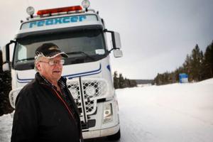 """I 40 år har Gösta Jonsson kört lastbil. Han tycker att saltet är en fara för vägsäkerheten. """"När det blir kallt fryser det på och blir halt"""", säger han."""