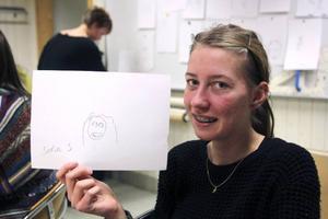 Sofia Sigerhed visar upp porträttet som Stefan Sandberg gjort av henne.