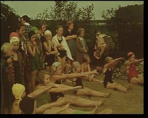 Simskola i Sörtutt. Artur Åslund rörde sig i många olika sammanhang. Sommaren 1939 filmade han de här ungdomarna vid simskolan i Sörtutt.