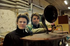 Ljudmaskinen Ajda ledde fram till projektet i Verket för Ylinenpää och Peterson-Berger. Ajda är maskinen med tratten och den kan ses och höras på YouTube. Adressen är: www.youtube.com/iskogenibland
