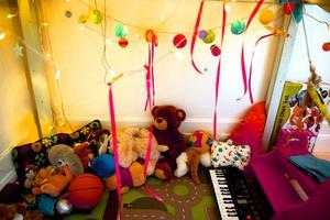 JohnHenrys kreativa sovrum. Under sängen har han sitt lilla krypin med plats för musik och mys.