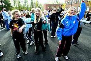 Foto: ANNAKARIN BJÖRNSTRÖM Uppvärmning. Isabell Gustavsson, Hanna Svanfält och Lisa Lindroth värmer upp inför skoljoggen.