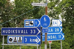 I centrala Bergsjö pekar pilarna mot ett nedlagt Bed & Breakfast och en stängd camping.