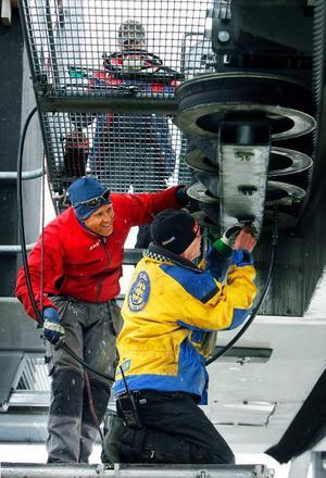 Magnus Stockenstrand och Lennart Bergmark arbetar med att byta linhjul på Duveds liftbana. Linhjulen har fått nytt gummi.