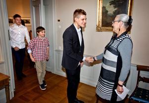 Rose-Marie Frebran tog emot Marcus Ericsson som hade mig sig sina syskon Hampus, 12, och Pontus, 21, till Örebro slott.