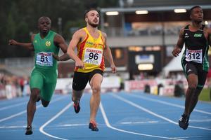 Tom Kling Baptiste  vinner 100m finalen före Tony Darkwah (V) och Austin Hamilton (H).