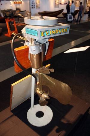 I år fyller utombordaren 100 år. Många gamla godingar visas i Älvsjö, även norsk-amerikanske Ole Evinrudes motor från 1909 som blev den första masstillverkade utombordsmotorn. Den kom till Sverige tre år senare.