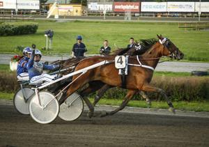 Kajsa Frick gjorde segergest efter triumfen med Blended Scotch.