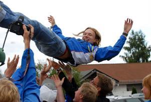 Så här såg det ut 2008 då Stepan Kodeda hyllades av glada lagkamrater i IFK Mora OK efter tjeckens andra JVM-guld. Framöver kommer den 22-årige tjecken att tävla för finska MS Parma. Foto:Jörgen Wåger