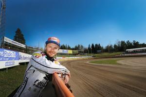 Speedwaystjärnan Jonas Davidsson, här fotad i Parken i Hallstavik, är klar för EM-seriens fyra deltävlingar.