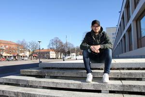 Otursförföljde Niklas Gälman spelar sin första SM-final på lördag. Men han trivs i Sandviken, trots allt som hänt under debutsäsongen. Bland annat var han nära att få halsen avskuren i en match i Bollnäs.