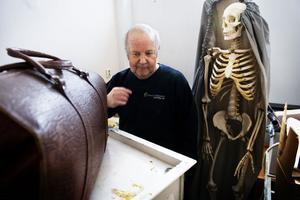 Vaktmästaren Sören Esserud går på upptäcktsfärd i ett av förråden i det gamla sjukhuset – och hittar ett utbildningsskelett och en läkarväska.