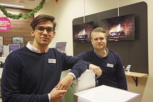 Isak Carlsson och Oscar Davidsson på Mobilstugan skänker en del av dagskassan till Barncancerfonden.