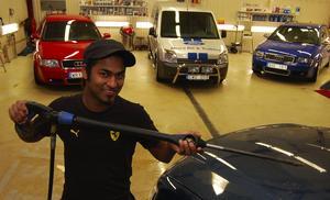 Emil Andersson, 21 år, är en ung företagare som driver en egen bilvårdsfirma i Mora Foto:Hans Olander