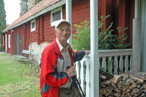 """SPÖKEN. Nore Karlsson, 80 år, har här i bagarstugan lärt upp många barn i bakandets ädla konst. """"När barn från barnkolonin i Ängskär trodde att de spökade på vinden sade jag att det varit så sedan 1850 men att spökena numer bara jobbar halvtid"""", berättar  Nore."""