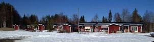 Sex lägenheter i en hyreslänga intill Hungegården ingick i Mia och Jimmy Karlssons köp av Hungegården.