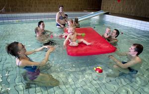 Vattenlekar. Stora och små har roligt tillsammans när de leker i det varma vattnet i lilla bassängen. Intresset för verksamheten är stort och totalt deltar 72 barn fördelade på nio olika grupper.