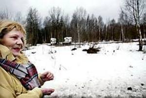 Foto:GUNWIGH Ingen är ansvarig. En del av Margareta Stenströms villatomt i Bomhus visade sig vara svårt förorenad av PCB. I flera år har hon väntat på besked om hon får hjälp med att sanera marken.