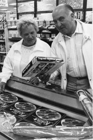 Plats/Ort: Åhléns, Hudiksvall   Rubrik: Spanska kräftan billigast - och visst får den godkänt.   Bildtext: Många kunder ryggade tillbaka för de allt för höga priserna. Inga och Gunnar Karlsson hörde till dem som efter ett noggrant övervägande bestämde sig för att lägga tillbaka paketet i frysboxen.