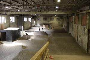 Teknikbanan är byggd av fyllnadsmaterial, stenkross och lignin som binder damm.