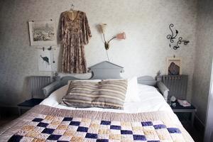 I det gamla köket på övervåningen finns både köksinredning och vedspis kvar, även om rummet nu fungerar som sovrum.