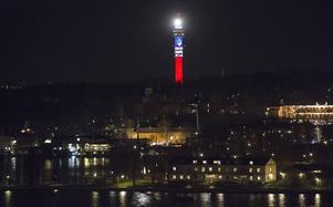 Kaknästornet i Stockholm i de franska färgerna för att hedra offren för terrorattackerna i Paris. I sommar är Frankrike temat på Stockholms kulturfestival.